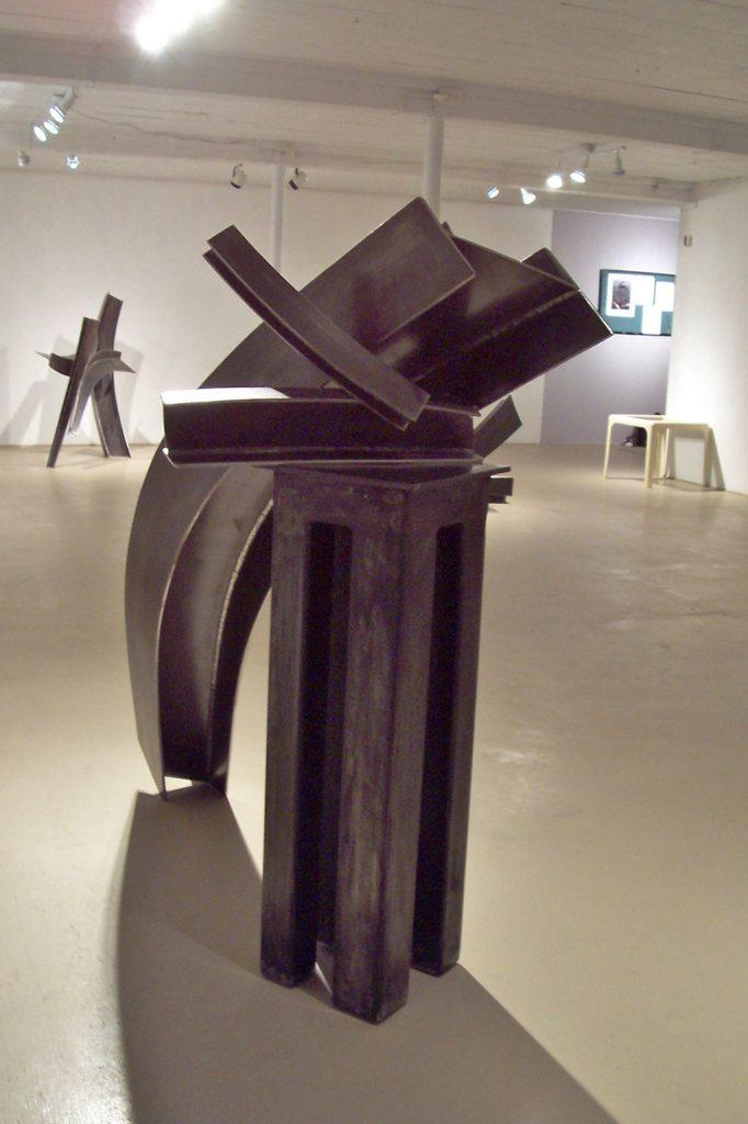 Vue d'ensemble, au premier plan Au fil du temps, 2008, acier corten, 160 x 250 x 100 cm et au second plan Le chiasma, 2007, acier corten, 140 x 12 x 30 cm