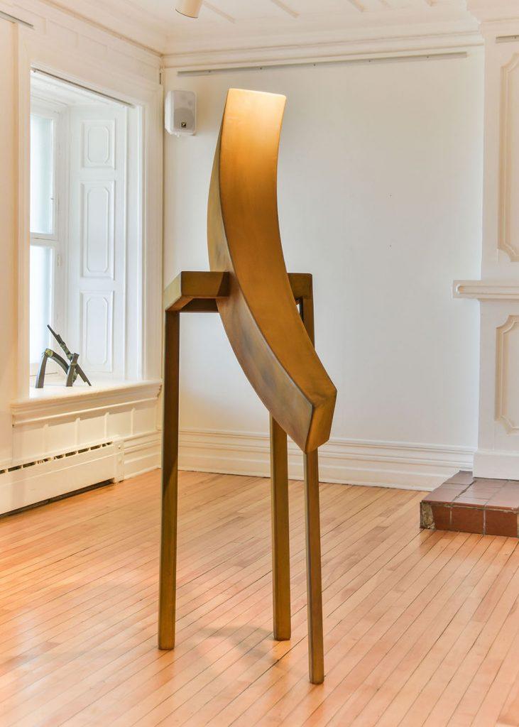 Æquilibrium I, 2016, acier corten, 78 x 24 x 15 cm et Fragment no 7, 2008, bronze, 36 x 32 x 15 cm