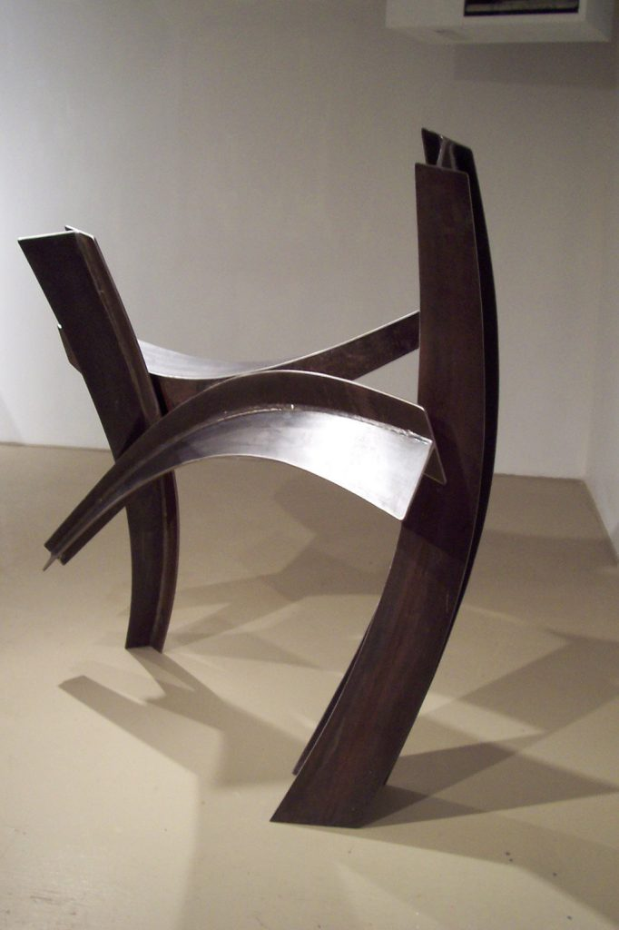 Le chiasma, 2007, acier corten, 140 x 12 x 30 cm