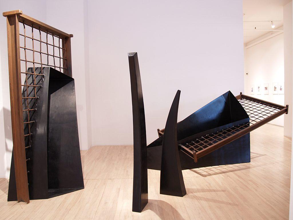 Kao à Oka, 1990, acier peint, acier, 249 x 532 x 398 cm