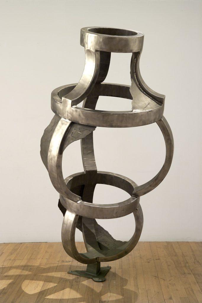 Le creuset de lumière, 2005, acier inoxydable, 198,5 x 105 x 105 cm