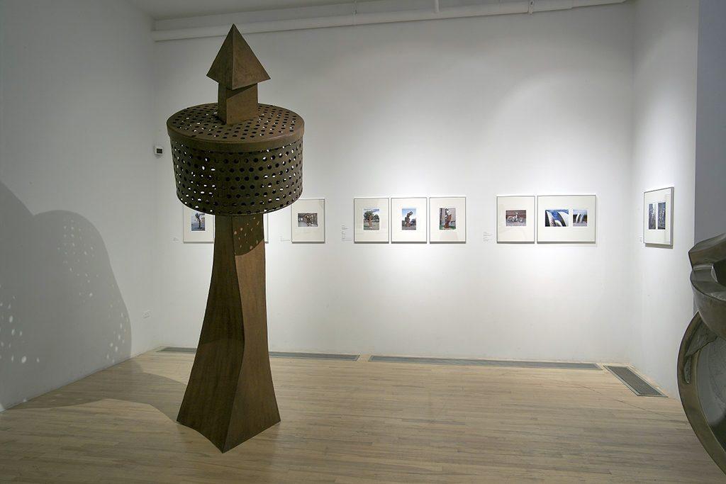 Vue d'ensemble de la deuxième salle avec Existence au premier plan, 1993, acier, 286 x 97 x 97 cm